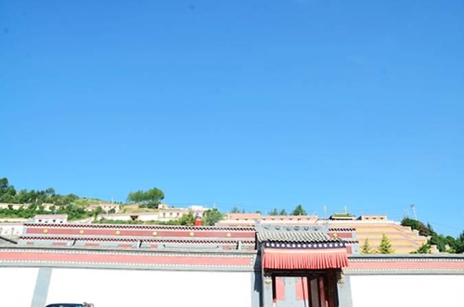 """7月26日,""""青海铁马骑,高原健康行""""环青海湖活动正式启动。 青海省为我国青藏高原上的重要省份之一,因境内有全国最大的内陆咸水湖青海湖,而得省名。青海省简称青,是长江、黄河、澜沧江的发源地,被誉为""""江河源头""""、""""中华水塔""""。而青海湖又名""""库库淖尔"""",即蒙语""""青色的海""""之意。它位于青海省东北部的青海湖盆地内,既是中国最大的内陆湖泊,也是中国最大的咸水湖。由祁连山的大通山、日月山与青海南山"""